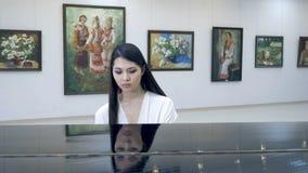 弹钢琴的优美的妇女钢琴演奏家在歌剧大厅里 股票视频