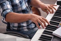 弹钢琴的创造性的残疾人 库存图片