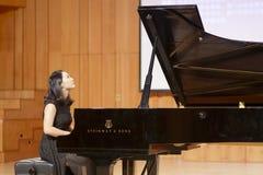 弹钢琴的厦门大学老师liguochao 免版税库存照片