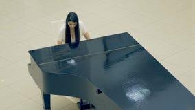 弹钢琴的女孩的画象 4K 股票录像