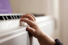 弹钢琴的孩子 库存照片