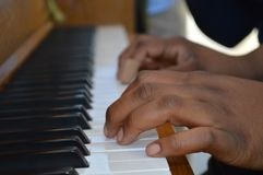 弹钢琴的小手 免版税库存照片