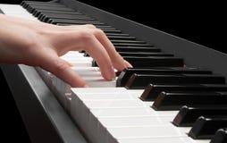 弹钢琴的手 免版税库存照片