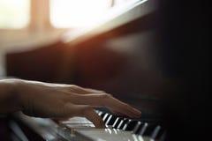 弹钢琴的特写镜头手 库存照片