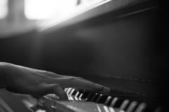 弹钢琴的特写镜头手 免版税库存照片