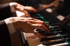 弹钢琴的男性 免版税库存图片