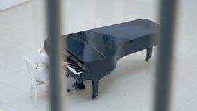 弹钢琴的美丽的妇女钢琴演奏家在歌剧大厅里 股票视频