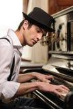 弹钢琴的艺术鉴赏家 库存图片