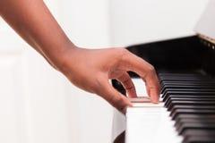 弹钢琴的非裔美国人的手 库存图片
