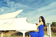 弹钢琴 库存图片
