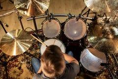 弹鼓和铙钹的男性音乐家在音乐会 免版税库存照片