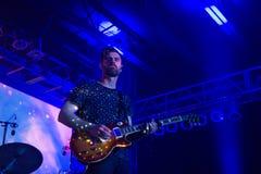 弹他的吉他的tycho的吉他弹奏者 免版税库存图片