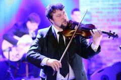 弹他的小提琴的音乐家的特写镜头 免版税图库摄影