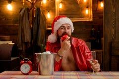 强壮男子的人穿圣诞老人衣裳 有胡子的人 准备庆祝 E 免版税库存照片