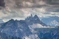 强大Drei Zinnen Tre Cime在Dolomiti di Sesto意大利锐化 免版税库存照片