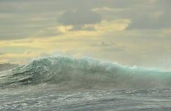 强有力海浪打破 海洋的表面上的波浪 免版税图库摄影