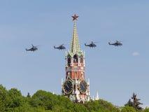强有力的军事直升机Mi35飞行 免版税库存图片