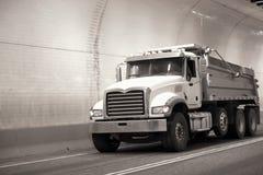 强有力的大船具半卡车卸车在路移动通过  免版税库存照片