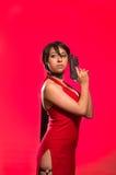 强有力的妇女摆在与在她的面孔的一杆枪的, ada cosplay的越共 免版税库存图片