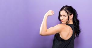 强有力的年轻人适合的妇女 免版税库存照片