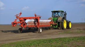 强有力的拖拉机运输18行多用途条播机 免版税库存照片