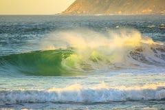 强有力的波浪背景 库存照片