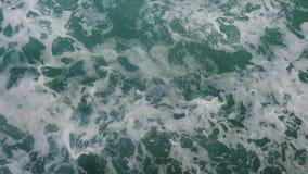 强有力的波浪从快行小船,深大海一条巨大的小河与上升白色的泡沫的拔出了  库存图片