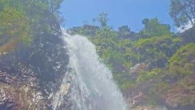 强有力的瀑布在池塘表面做飞溅 股票录像