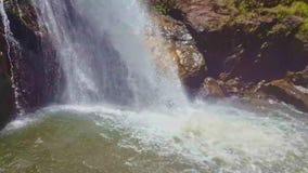 强有力的瀑布在池塘表面做飞溅 股票视频