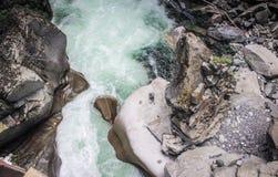 强有力的瀑布小河顶视图 免版税库存照片