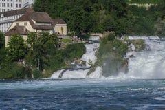 强有力的瀑布的看法在河莱茵河的在瑞士, 库存图片