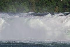 强有力的瀑布的看法在河莱茵河的在瑞士, 免版税图库摄影