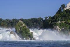 强有力的瀑布的看法在河莱茵河的在瑞士, 免版税库存照片