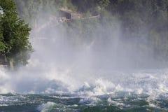 强有力的瀑布的看法在河莱茵河的在瑞士, 图库摄影