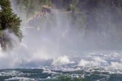 强有力的瀑布的看法在河莱茵河的在瑞士, 库存照片