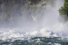 强有力的瀑布的看法在河莱茵河的在瑞士, 免版税库存图片
