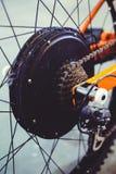 强有力的电自行车马达在轮子,马达轮子,绿色技术,环境关心被安装 免版税库存照片