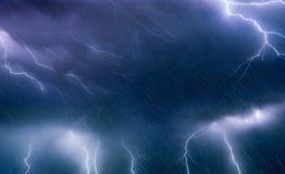 强有力的闪电和雨在黑暗的风雨如磐的天空,天气forecas 免版税库存照片