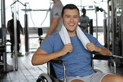 强有残障微笑对健身房 免版税库存照片