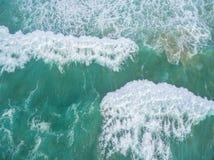 强海洋波浪击碎 免版税库存图片