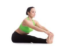 强烈的背部舒展瑜伽姿势 库存照片