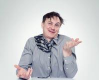 强烈衬衣和领带的醉酒的人 免版税库存照片
