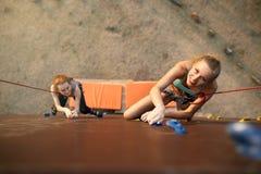强的妇女和企业概念 接近对在速度轨道的完成的点的两个年轻登山人顶视图  免版税库存照片