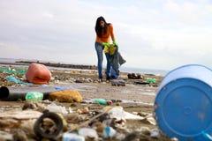 强的少妇清洁和志愿 库存图片