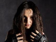 强的性感的女性拳击手或Muttahida Majlis-E-Amal战斗机情感画象在黑暗的背景的 库存图片