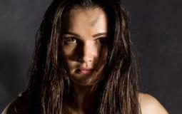 强的性感的女性拳击手或Muttahida Majlis-E-Amal战斗机情感画象在黑暗的背景的 免版税库存图片