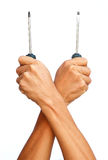 强的手举行两个螺丝刀 免版税库存图片