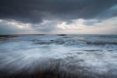 强的波浪和云彩的运动 免版税库存照片