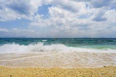 强的波浪在菲律宾时运海岛  图库摄影