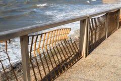 强的波浪毁坏的被击毁的铁海栏杆 库存图片